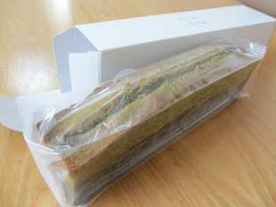 小松菜のパウンドケーキ箱から出したところ