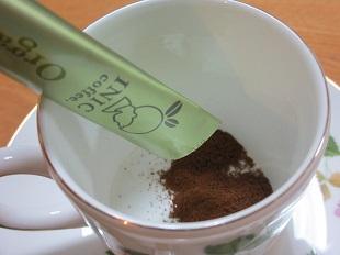 イニックコーヒーをカップへ