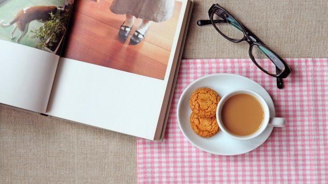 カタログとコーヒー